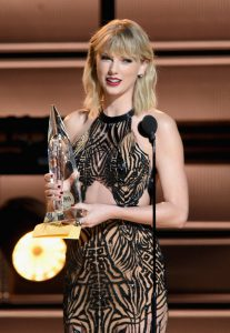 NASHVILLE, TN - NOVEMBER 02: Taylor Swift presents award onstage at the 50th annual CMA Awards at the Bridgestone Arena on November 2, 2016 in Nashville, Tennessee. (Photo by Erika Goldring/FilmMagic)